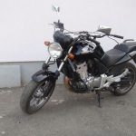 cierna motorka honda